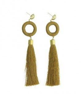 Okergele oorbellen met een ring omwikkeld met touw en kwast