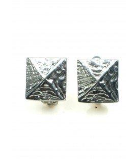 Vierkante metalen oorclips. Breedte van de clip oorbel is 1,8 cm.