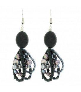 Zwarte oorbellen met hout en parels