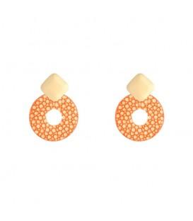 Oranje oorbellen met een mooie hanger