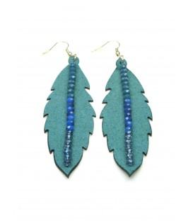 Lange blauwgroene oorbellen in de vorm van een blad met kralen nerf