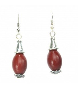Zilverkleurige oorbellen met een Bordeaux rode hanger