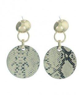 Zilverkleurige oorbellen met een licht bruine hanger in dierenprint