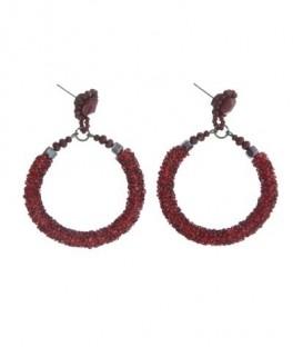 Rode oorbellen met een ronde hanger en glaskralen