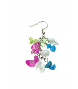 Gekleurde oorbellen gemaakt van verschillende parelmoer kralen