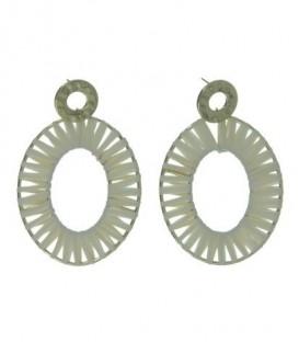 Ivoor witte oorbellen met goudkleurige rond gedeukt element + ovale hanger gewikkeld in raffia