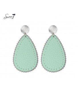 groene oorbellen met ovale hanger met een zilverkleurig oorstukje