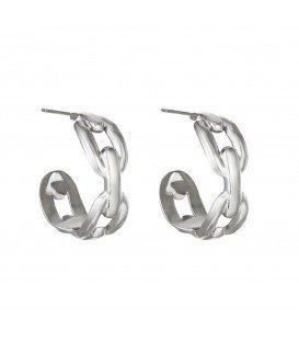 zilverkleurige oorbellen in de vorm van schakels