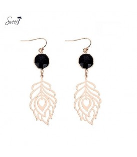goudkleurige oorbellen met bladvormige hanger en zwarte facet steen
