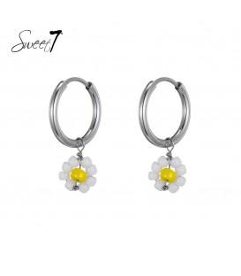 zilverkleurige oorringen met een geel met wit bloemetje