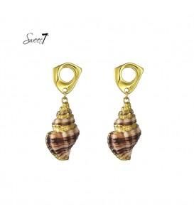 oorsteker in goudkleur met hanger van schelp. de lengte van deze oorbel is circa 5 cm. voor oren met gaatjes.