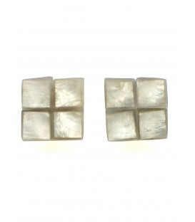 vierkante beige oorclips met parelmoer inleg van het merk culture mix