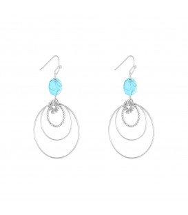 zilverkleurige oorbellen met verschillende cirkels en een blauwe bedel van natuursteen