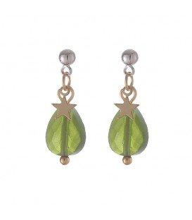 goudkleurige oorbellen met groene hanger en sterretje en een zilverkleurig oorknopje