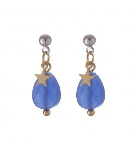 goudkleurige oorbellen met blauwe hanger en sterretje en een zilverkleurig oorknopje