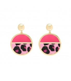 roze oorhangers met een goudkleurige rand en deels dierenprint