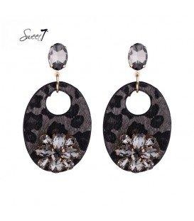 zwarte oorbellen met een glas stenen bloem op de hanger
