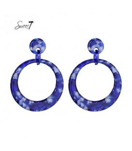 blauwe gekleurde oorbellen met een ronde hanger