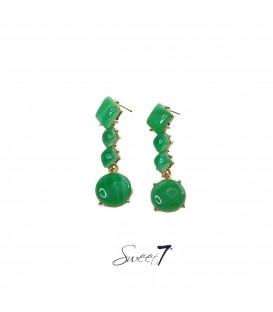 groene oorhangers met ruit vormige en ronde steentjes in de hanger