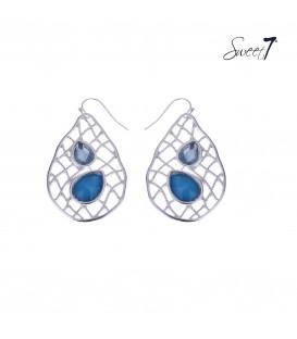 zilverkleurige oorbellen met een mooi motief in de hanger en blauwe groene steentjes