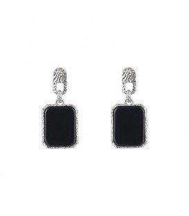zilverkleurige oorhangers met een zwarte steen en slotjes als oorstukje